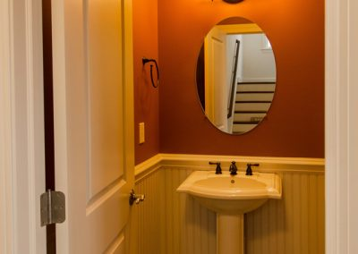 pedestal sink and oval mirror